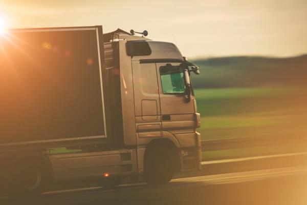 Czym różni się transport od spedycji?